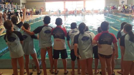 Nadadores del RCNMotril animando a sus compañeros.